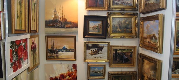 Выставка картин в антикварном салоне.