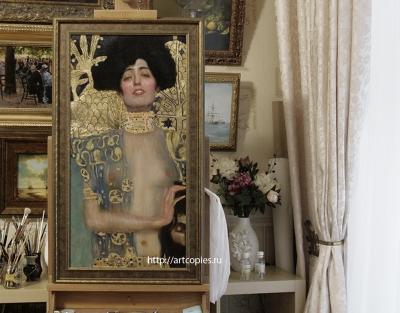 """Копия картины Г.Климта """"Юдифь и Олоферн"""" в интерьере мастерской."""